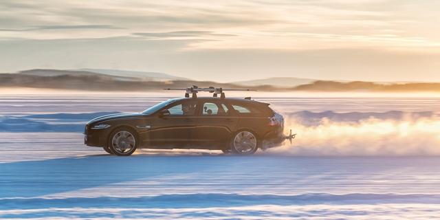 640X320 XF Sportbrake Driving On Ice 2  - Wereldrecord voor de XF Sportbrake